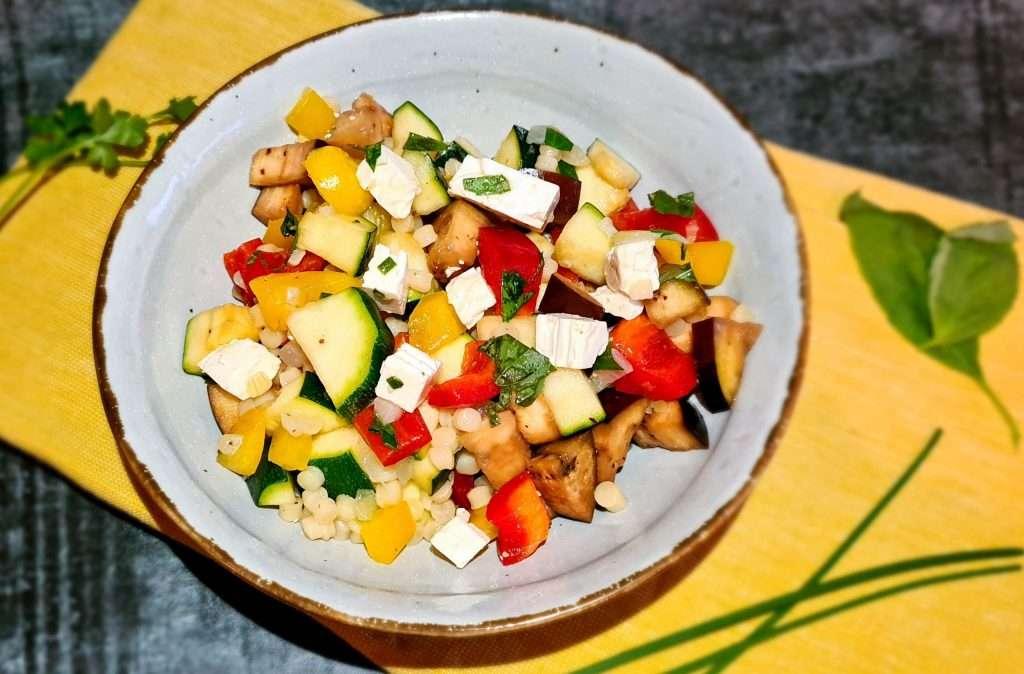 Parelcouscous salade met gegrilde groente en verse kruidendressing
