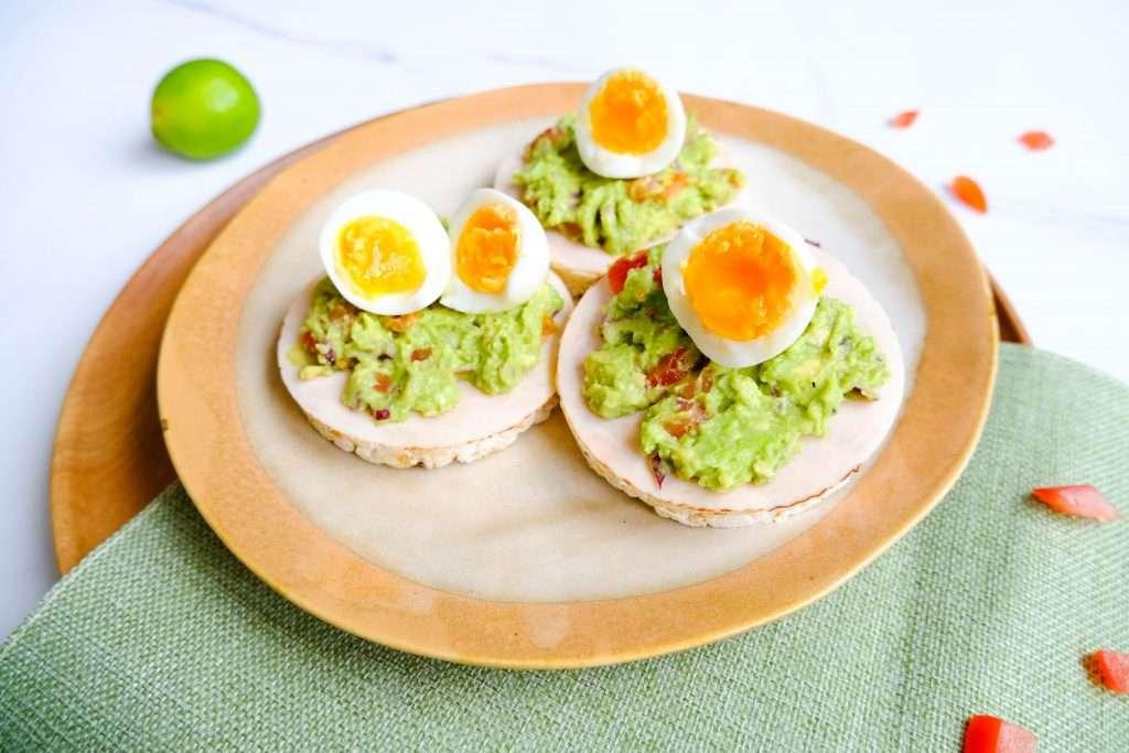 Rijstwafel met avocadospread, kipfilet en ei